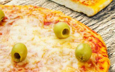 Masa de pizza casera con aceitunas verdes